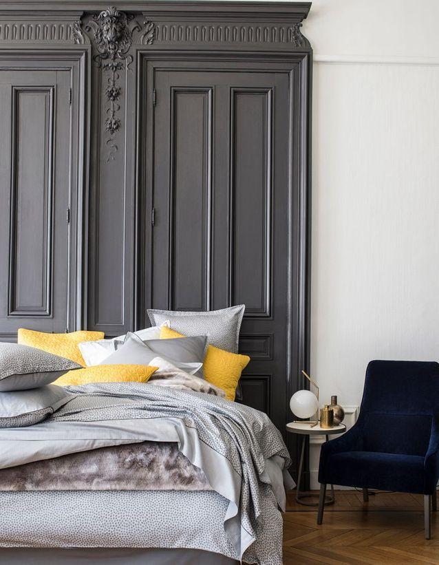 Des portes de commode en bois twistées en tête de lit
