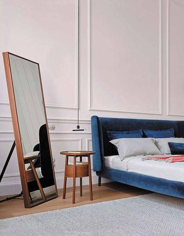 Placer un grand miroir dans un coin de la pièce