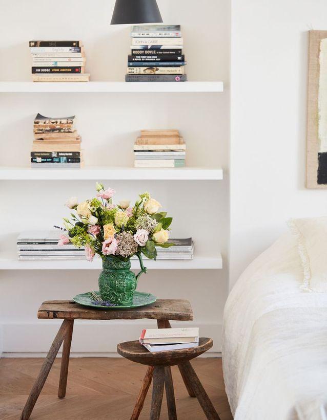 Détournez de petits meubles en guise de table de chevet dans la chambre