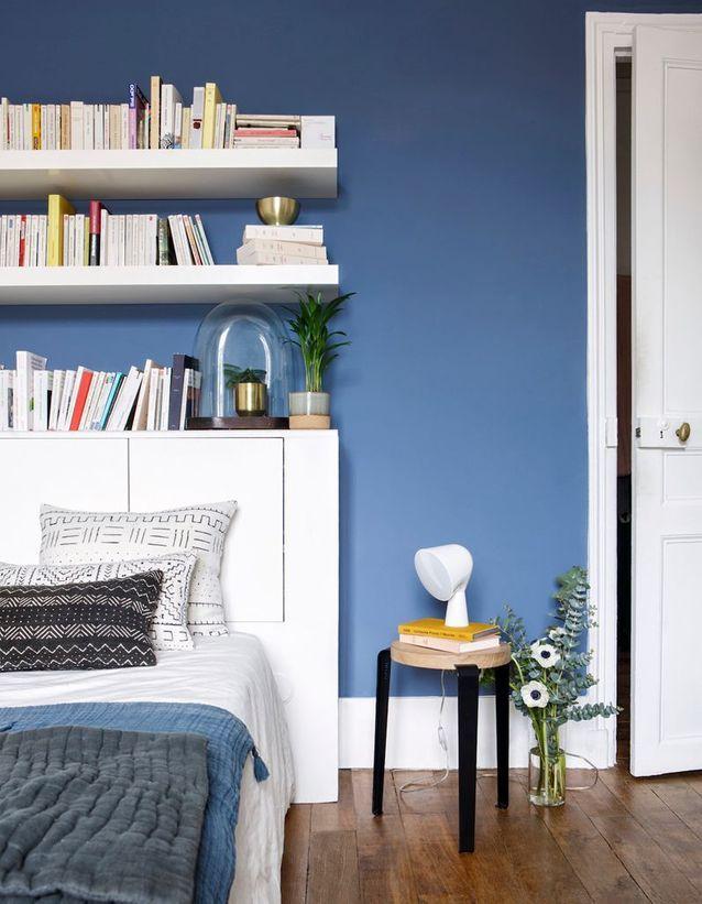 Imaginez une bibliothèque au dessus de la tête de lit de la chambre