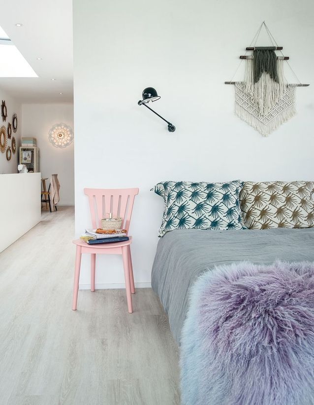 Pensez à une chaise plutôt qu'une table de chevet classique dans la chambre