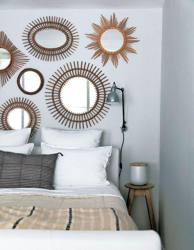 Des miroirs en guise de tête de lit