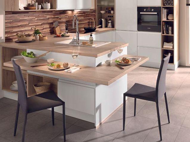 Une cuisine avec un bar à deux niveaux
