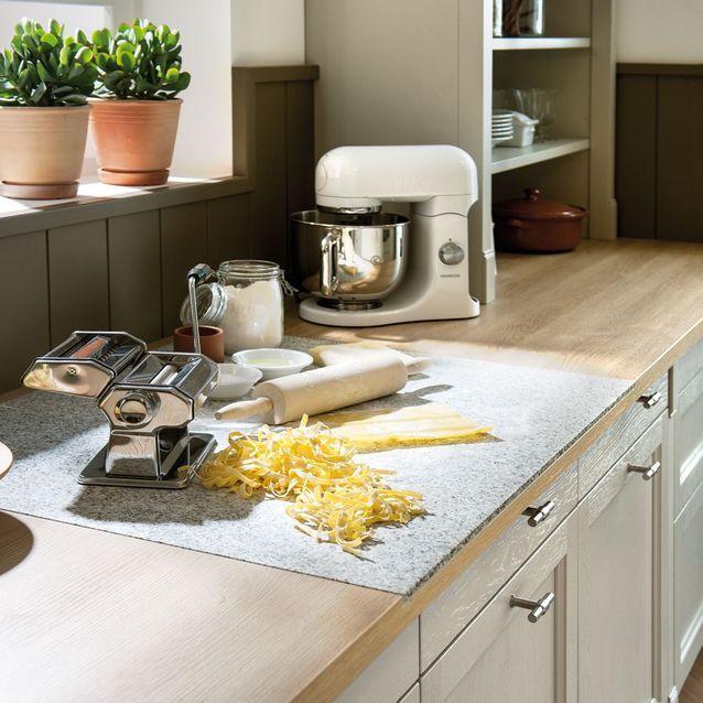 Un plan de travail avec une planche à découper intégrée pour une cuisine pratique