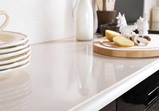 Un plan de travail en quartz beige pour une cuisine élégante