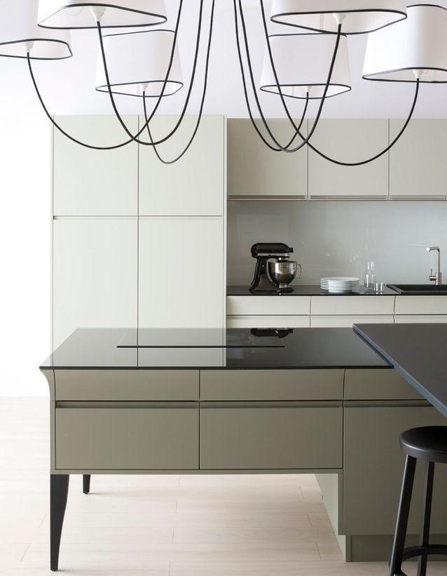Un plan de travail en verre noir pour une cuisine design