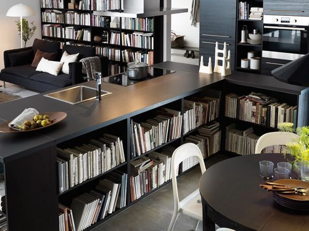 Une cuisine avec bibliothèque