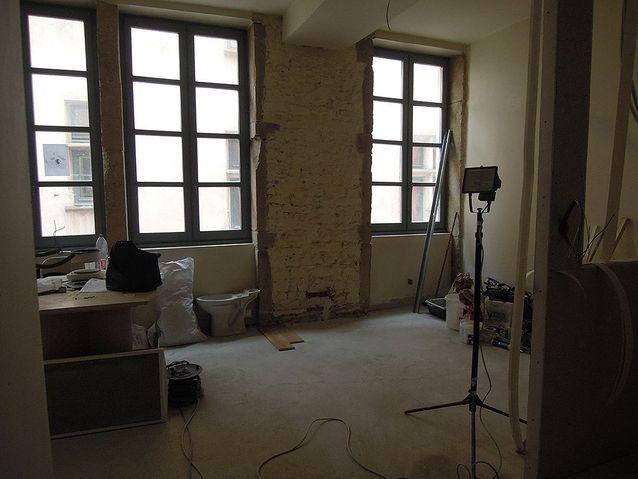 Une semi-cloison vitrée pour séparer la chambre du salon avant