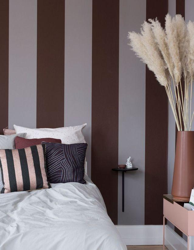 Du papier peint à rayures pour une petite chambre au plafond haut