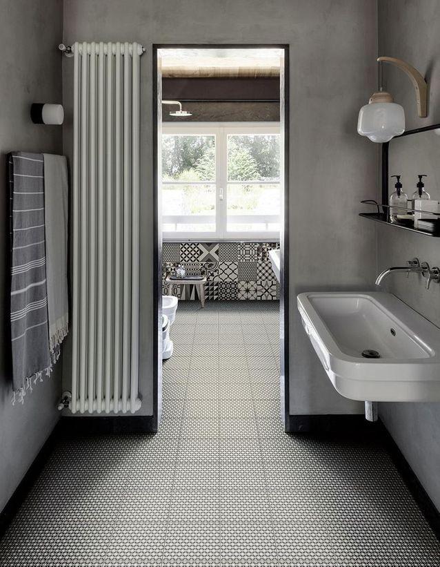 Osez le lavabo d'écolier dans la salle de bains