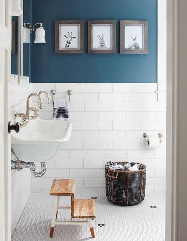 Salle de bains pour enfant avec des photos décalées