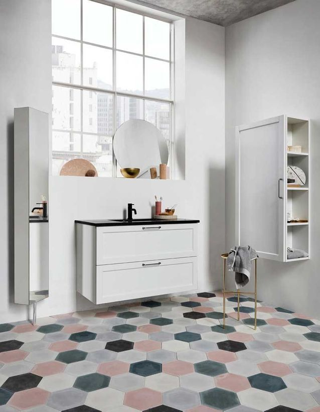 De la couleur dans la salle de bains via un carrelage en dalles de céramique colorées