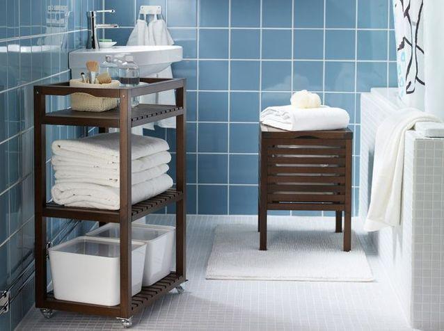 Un petit meuble de salle de bains mobile