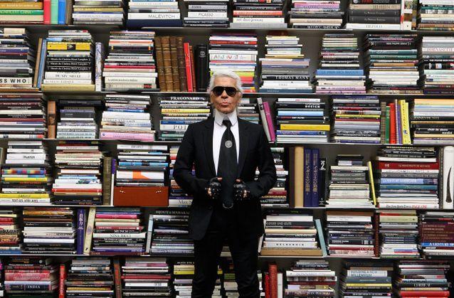 Karl Lagerfeld fier de sa vaste collection de livres