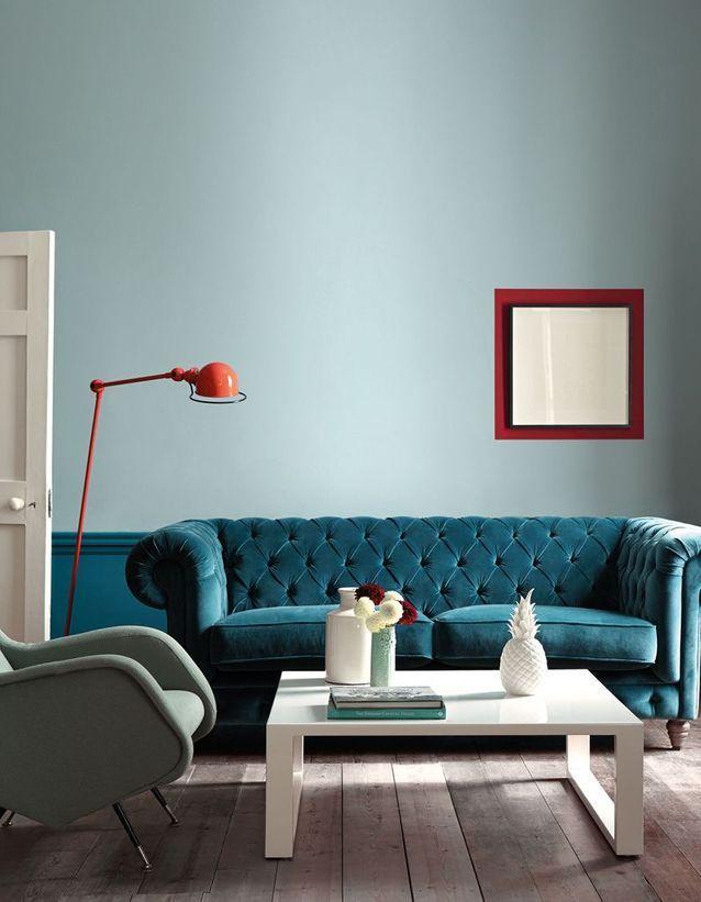 Un salon bleu qui mixe les styles