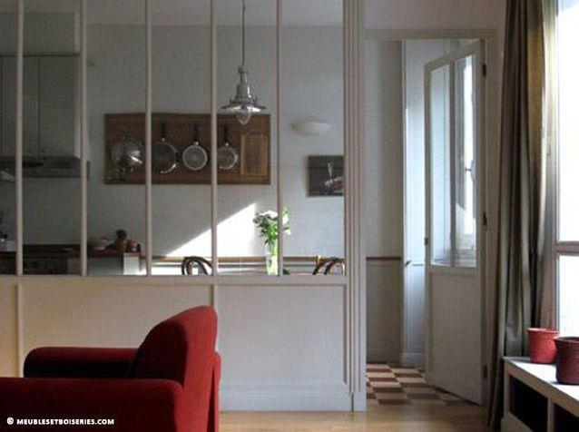 une cuisine ouverte avec une cloison semi vitre