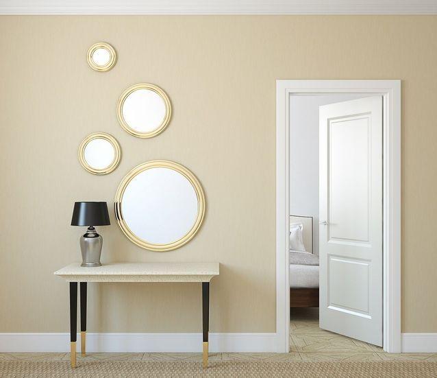 Disposez des cadres et miroirs sur les murs de l'entrée