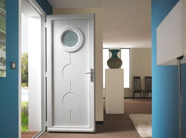 Une porte d'entrée avec hublot