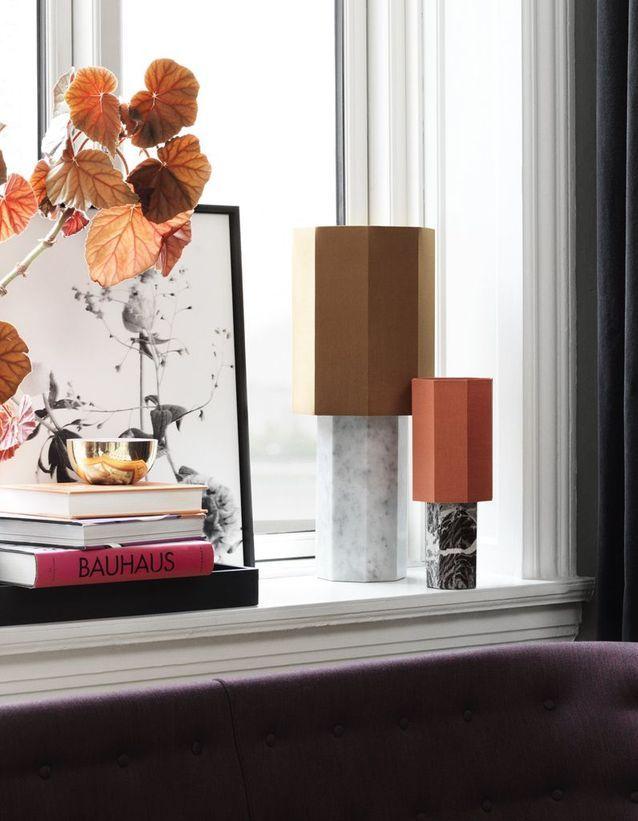 Un rebord de fenêtre mis en lumière par des lampes à poser design
