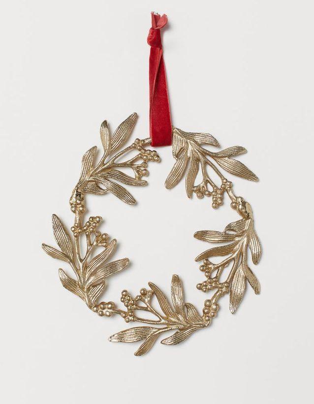 Une grande couronne en métal pour décorer la porte à Noël
