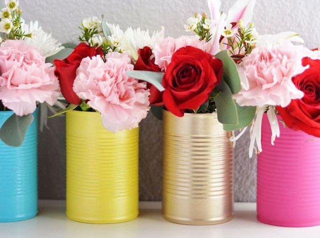 Offrez des vases colorés en recyclant vos boîtes de conserve