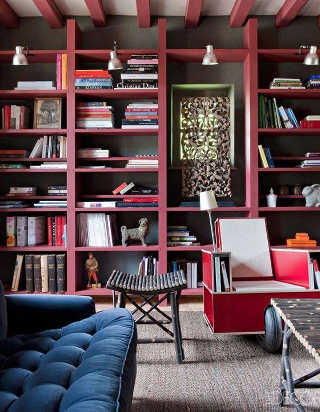 Un plafond aux poutres marsala commes la bibliothèque pour un rendu géométrique