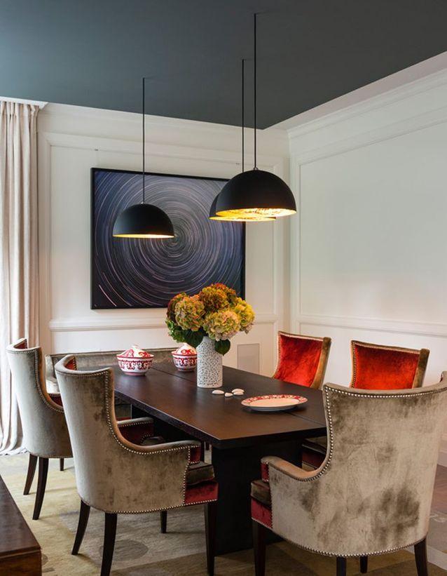 Un plafond bleu foncé pour une salle à manger élégante