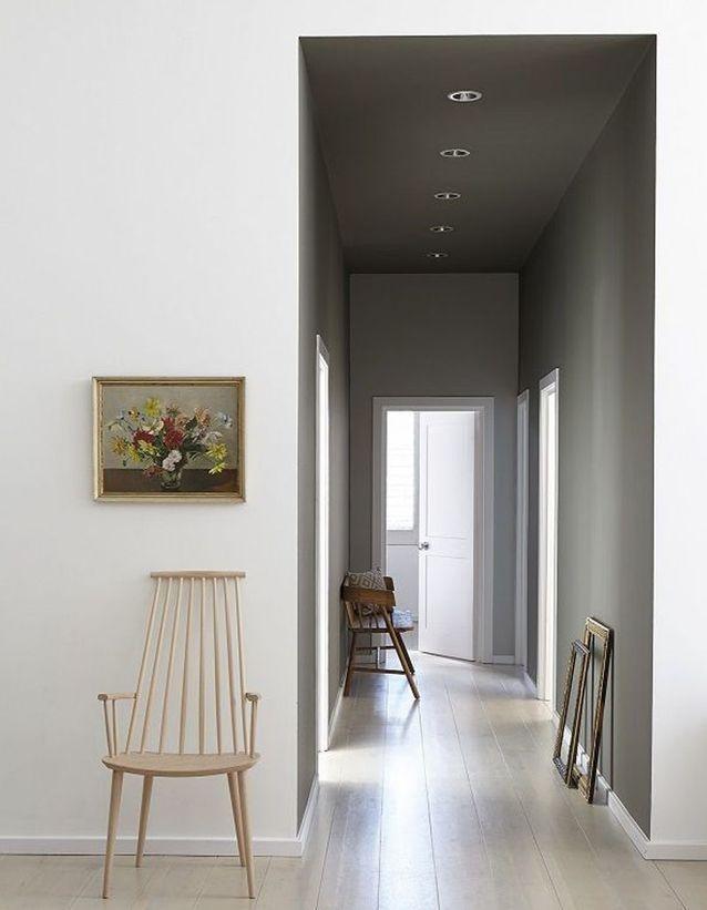 Un plafond du même gris que les murs pour un rendu contemporain