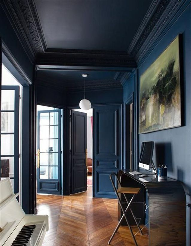 Un plafond et des murs bleu nuit pour un couloir sophistiqué