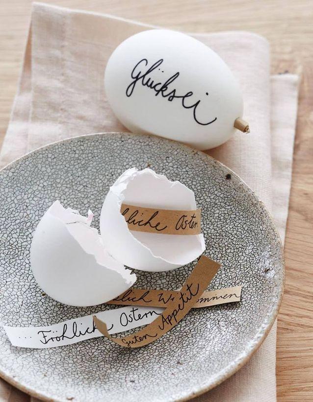 Une décoration d'œufs de Pâques comme une surprise
