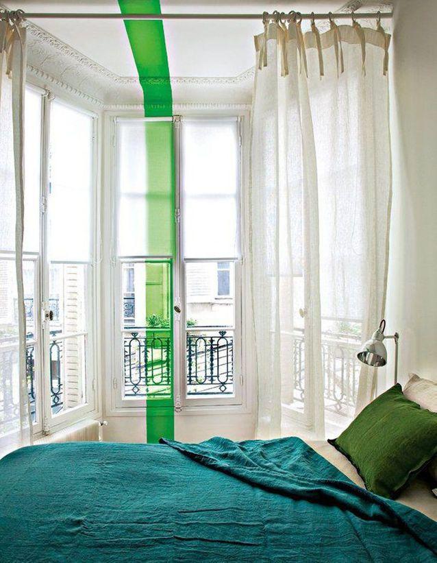 Une bande colorée du sol au plafond