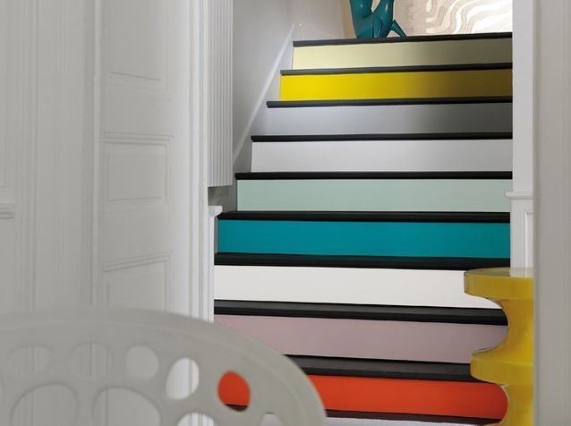 Un escalier aux contremarches colorées