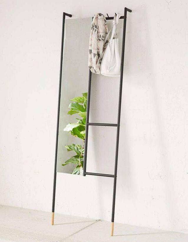 Adopter un meuble hybride comme le portant avec miroir pour plus de praticité