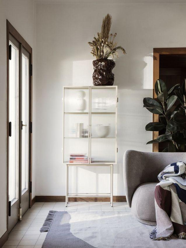 Un meuble vitrine beige