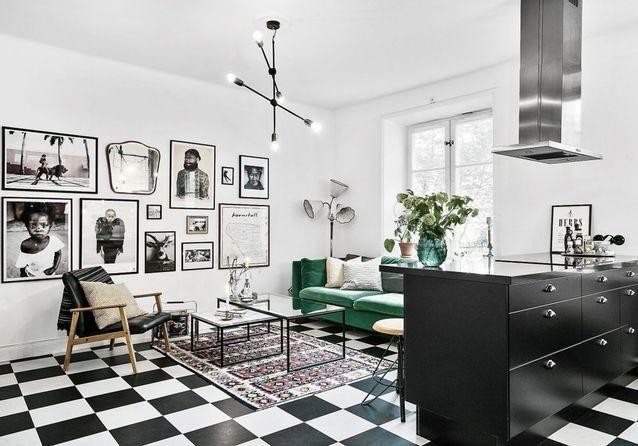 Un carrelage en damier dans une cuisine ouverte sur un salon graphique
