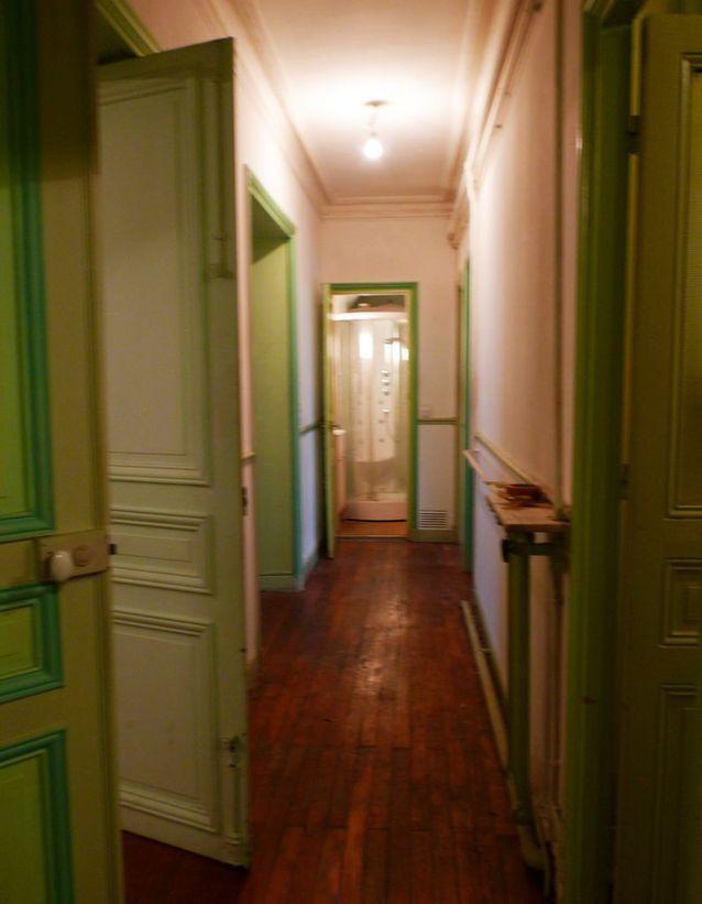 Avant : l'entrée et le couloir entièrement cloisonnés