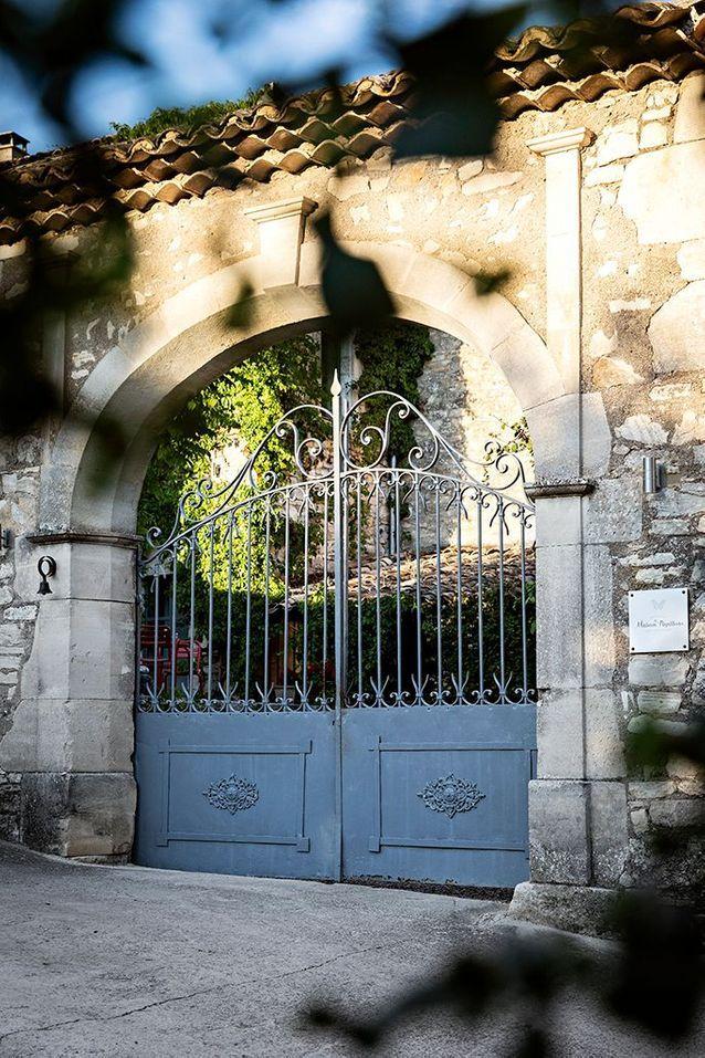 L'entrée de la propriété, située sur les hauteurs du hameau de Monteil, a conservé son vieux portail en fer forgé.