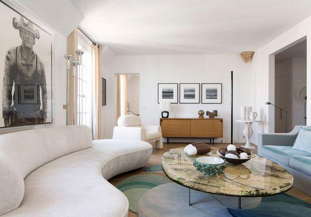 bc57885e657d8 Un appartement totalement blanc où l art est roi - Elle Décoration