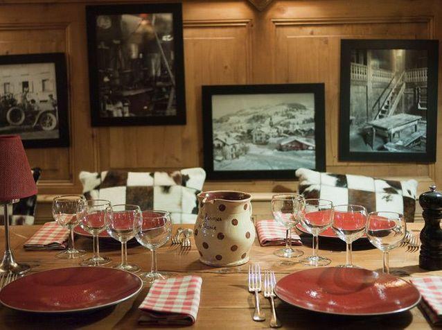La salle à manger dans le chalet