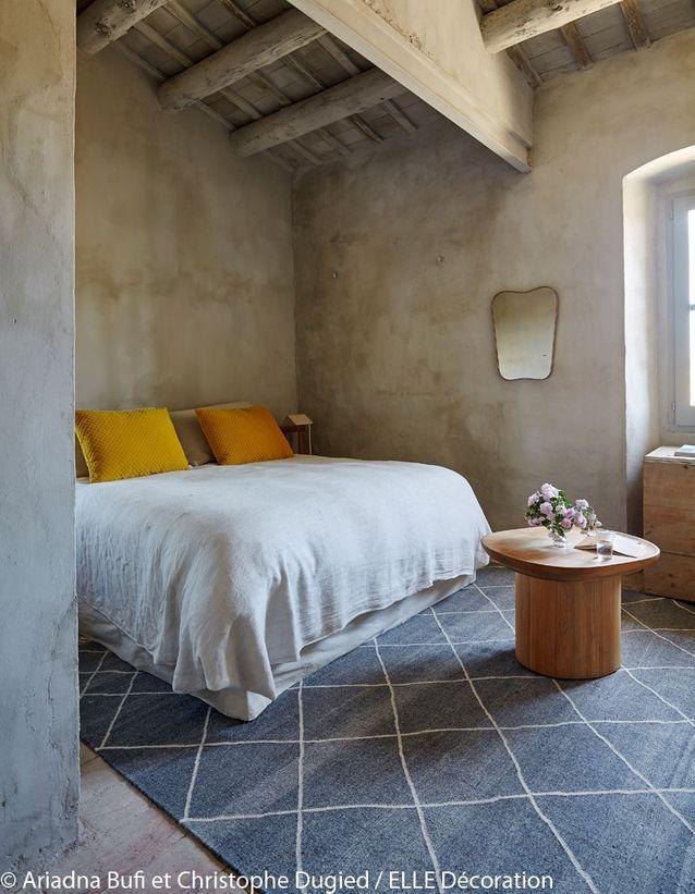 Une chambre sobre aux touches de couleur