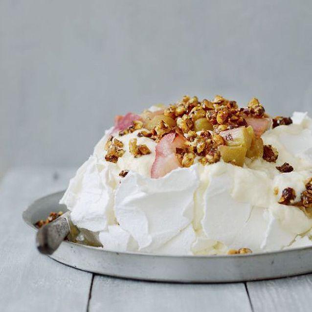 Pavlova au chocolat blanc, noisettes et rhubarbe