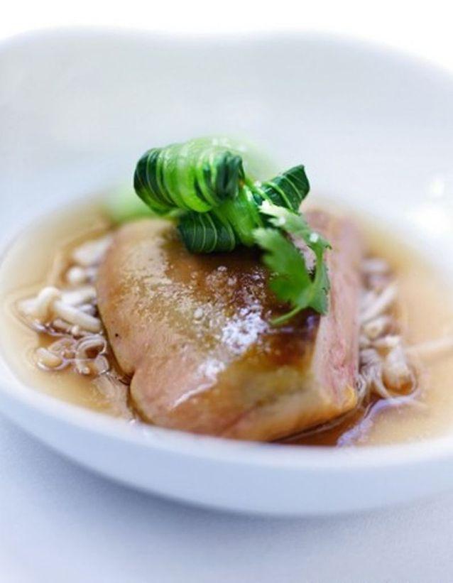 Consommé de crevettes au foie gras poêlé, chou pak-choï et thé qi lan