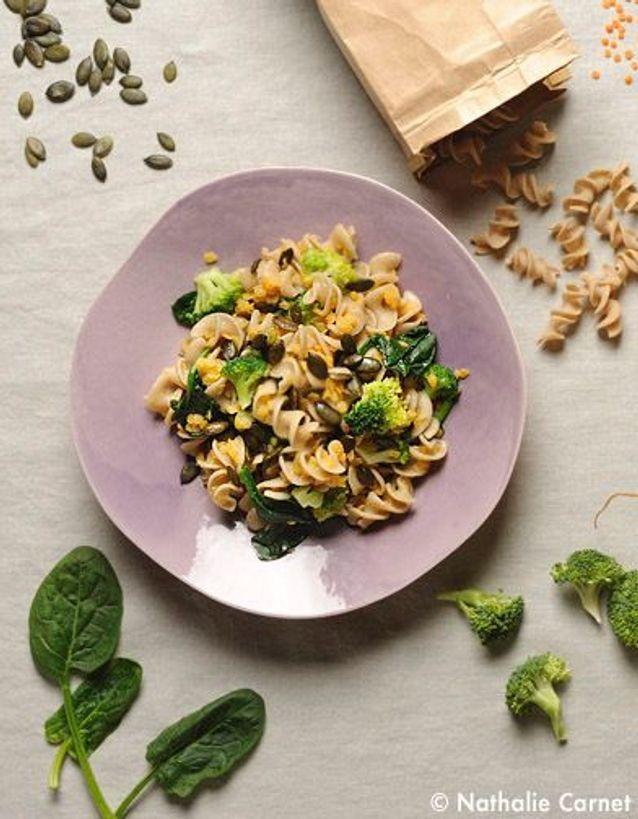 Pâtes complètes aux légumes verts, lentilles et graines de courge