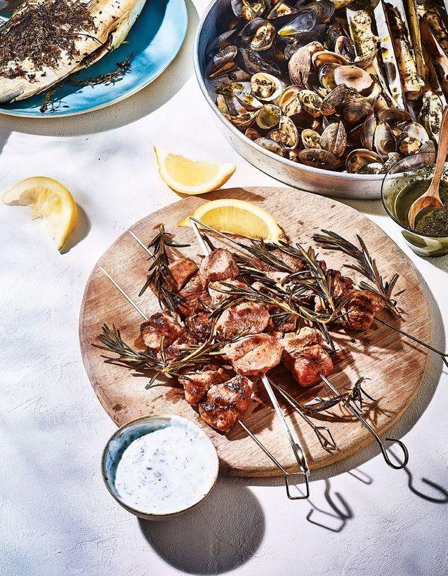 Cuisine recettes été grandes tablées : Brochettes d'agneau, sauce au yaourt grec