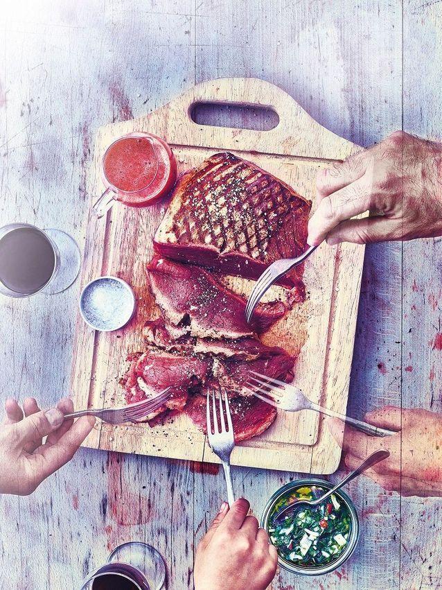 Cuisine recettes été grandes tablées : Hampe de boeuf grillée, vinaigre de fraise et sauce chimichurri