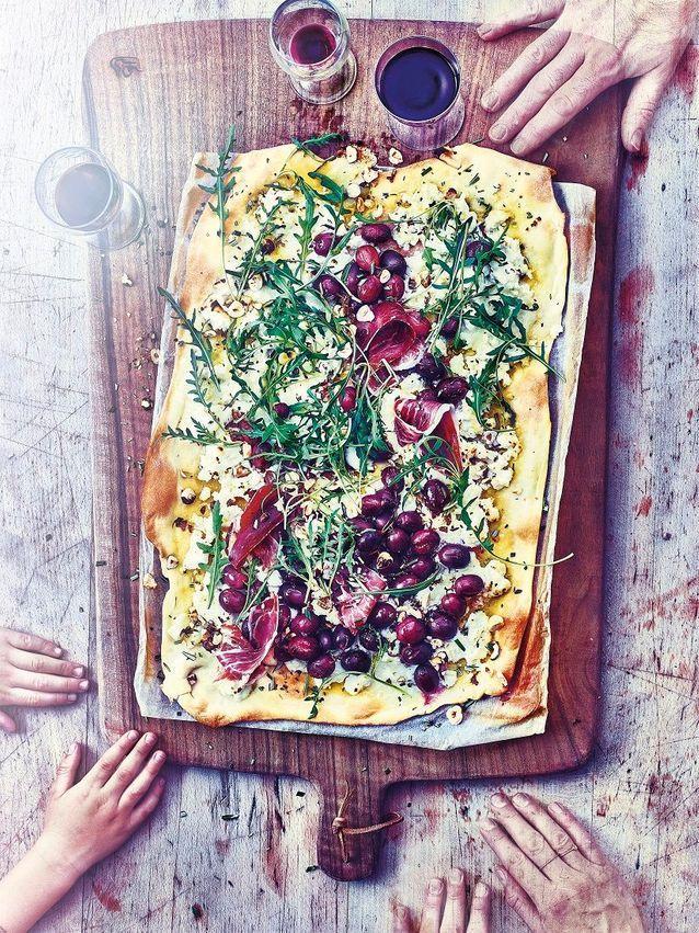 Cuisine recettes été grandes tablées : Pizza au raisin, ricotta, romarin et pignons au pin