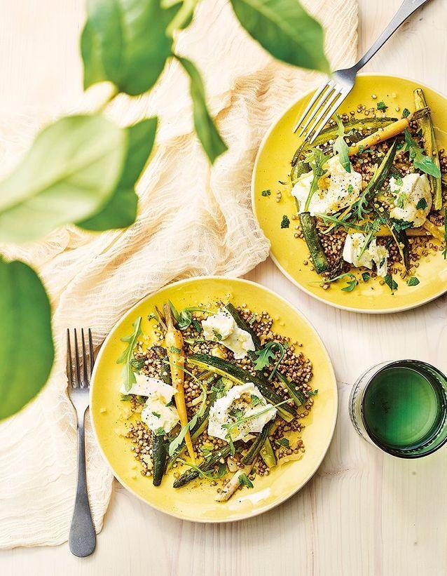 Salade de sarrasin aux légumes rôtis, mozzarella, citron et menthe