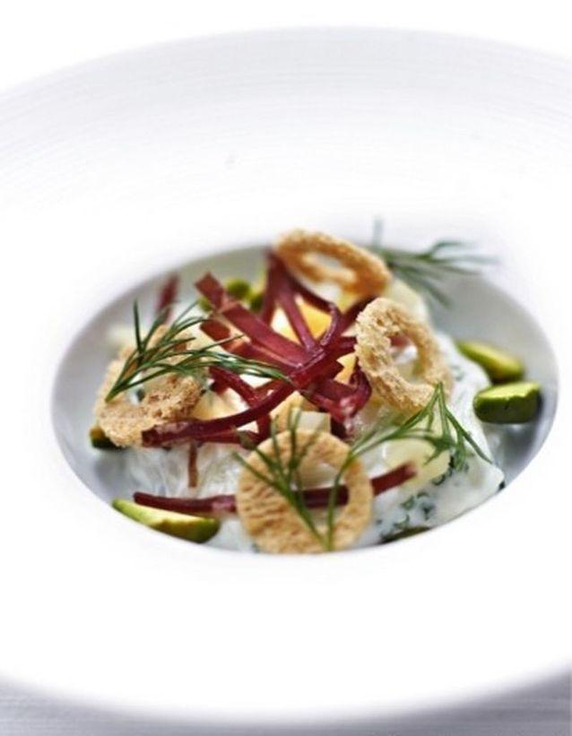 Salade aux trois fromages viande des grisons croquant de pistache et basilic