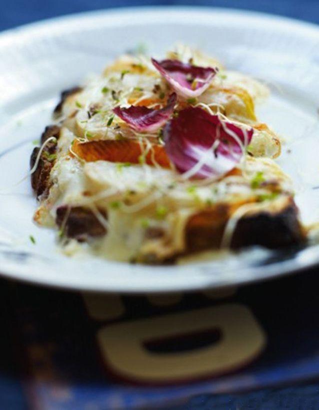 Tartines au reblochon et à la poire, salade violette