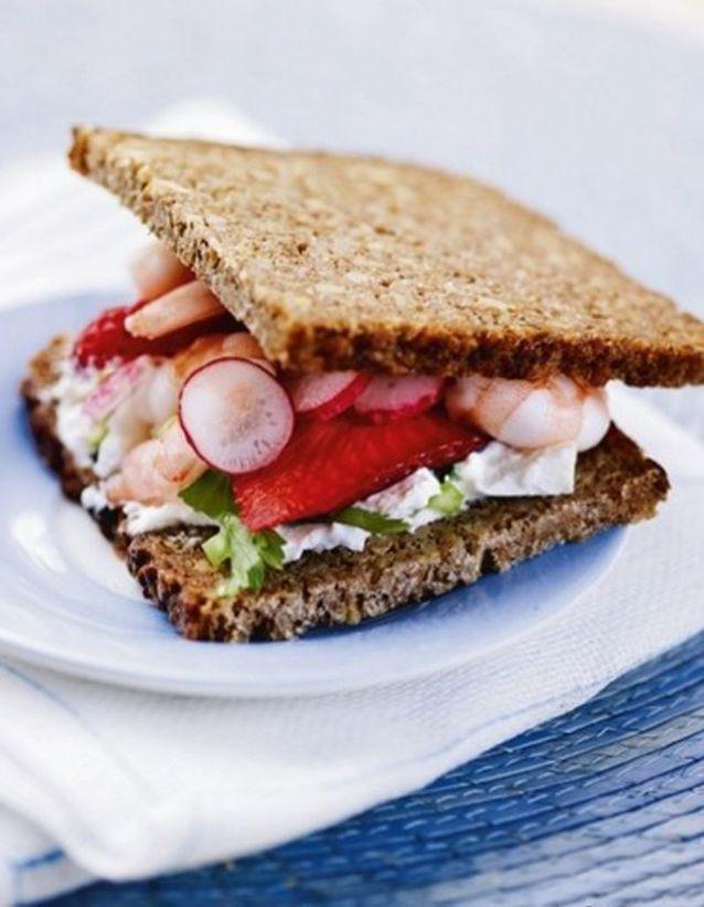 Pain noir aux crevettes, radis et fraises